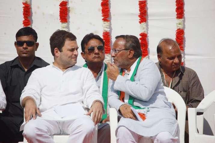 Gujarat Congress leader Arjun Modhwadia with party president Rahul Gandhi| Facebook- India TV