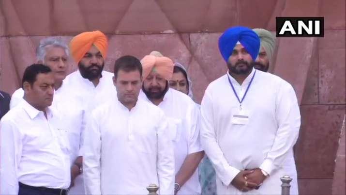 Rahul gandhi and Amarinder Singh lays wreath at...- India TV