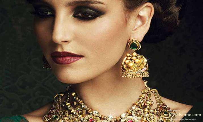 Gold gains Rs 305 on jewellers' buying- India TV Paisa
