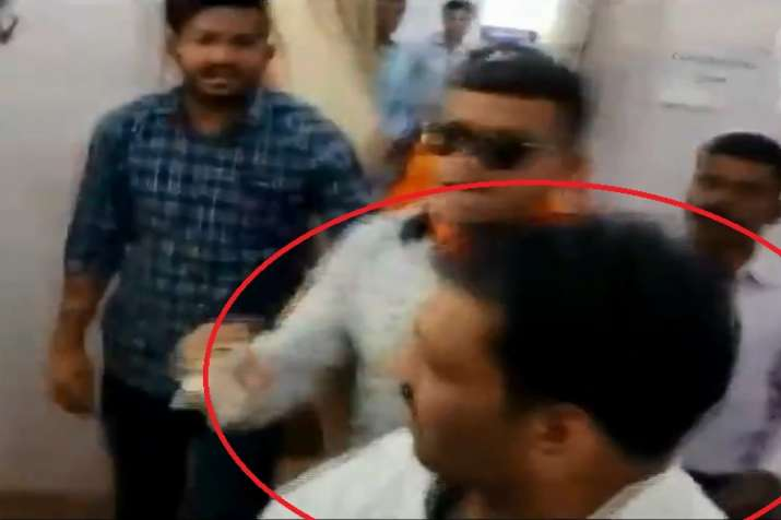 BJP worker beaten a youth alleged of showing black flags...- India TV