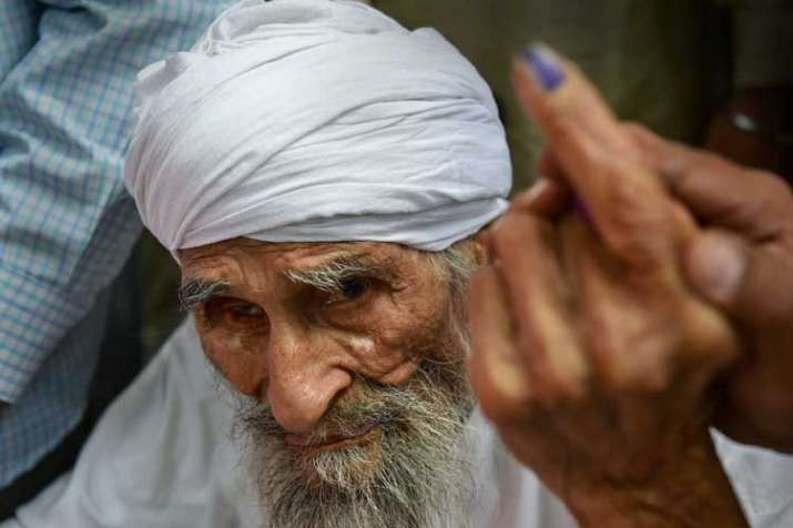 Bachan Singh ,111, the oldest voter in Delhi, leaves the...- India TV
