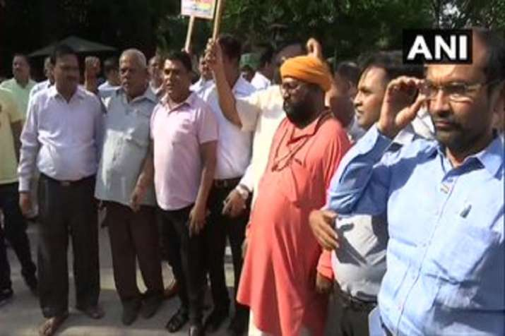 Jagdish Tytler and other Congress leaders and supporters...- India TV