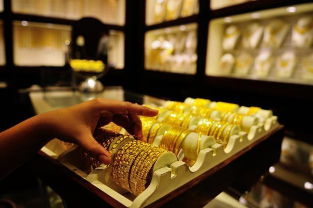 Gold falls Rs 250; silver plunges by Rs 825- India TV Paisa
