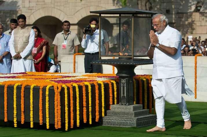 मोदी ने शपथ ग्रहण से पहले बापू-अटल को दी श्रद्धांजलि, युद्ध स्मारक पर शहीदों को किया नमन- India TV