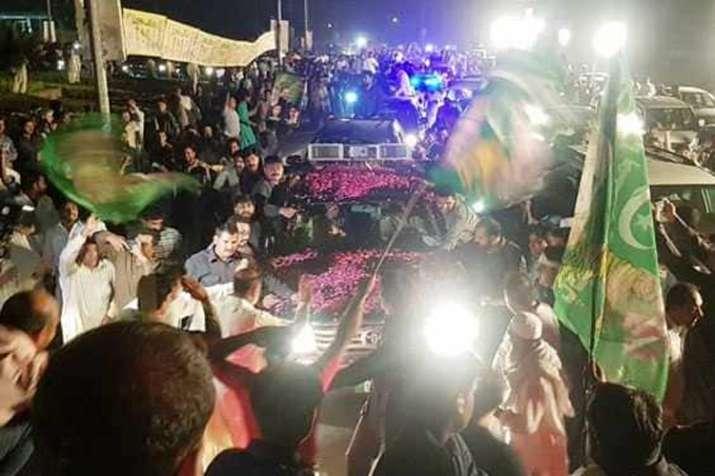 नवाज़ शरीफ़ के लिये सड़कों पर हुजूम, जेल में सरेंडर से पहले कार्यकर्ताओं की रैली- India TV