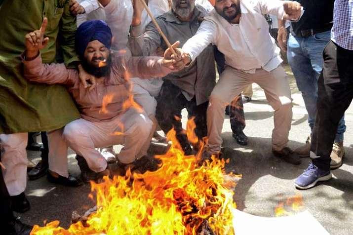 BJP workers burn effigy of Pitroda for 'hua to hua'...- India TV