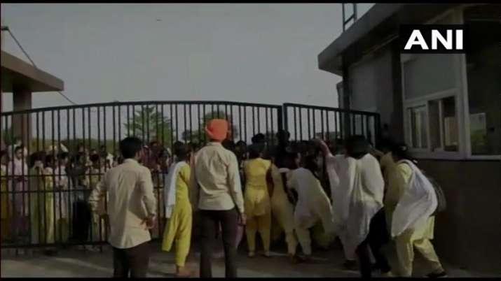 पंजाब के बठिंडा में वार्डन ने सिर्फ इस बात के लिए जबरन उतरवा दिए छात्राओं के कपड़े, मचा बवाल- India TV