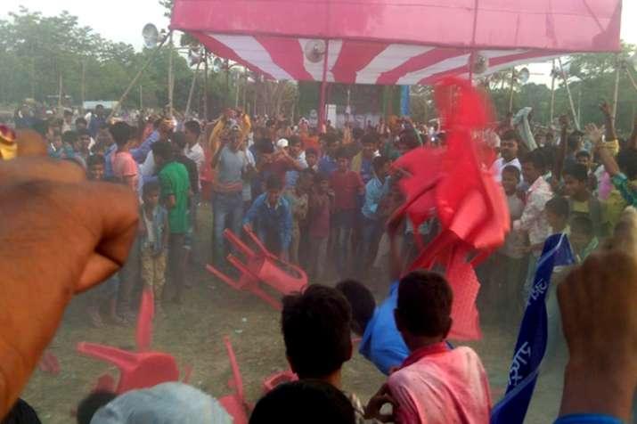 उपेंद्र कुशवाहा के नहीं आने पर भड़के लोग, रैली में चलीं कुर्सियां- India TV