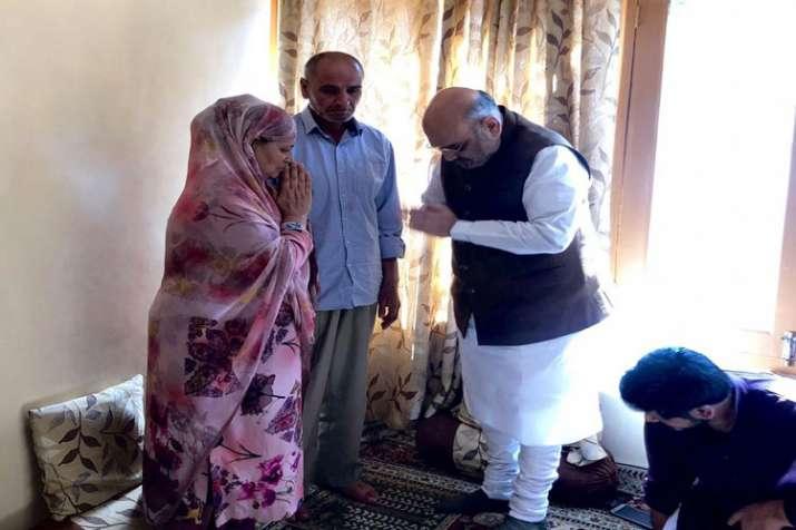 शहीद पुलिस कर्मी अरशद खान के घर पहुंचेे गृहमंत्री- India TV