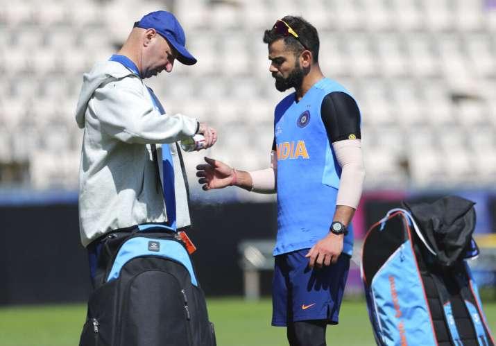 World Cup 2019: विराट कोहली के अंगूठे में लगी चोट ज्यादा गंभीर नहीं, अफ्रीका के खिलाफ खेलना तय- India TV