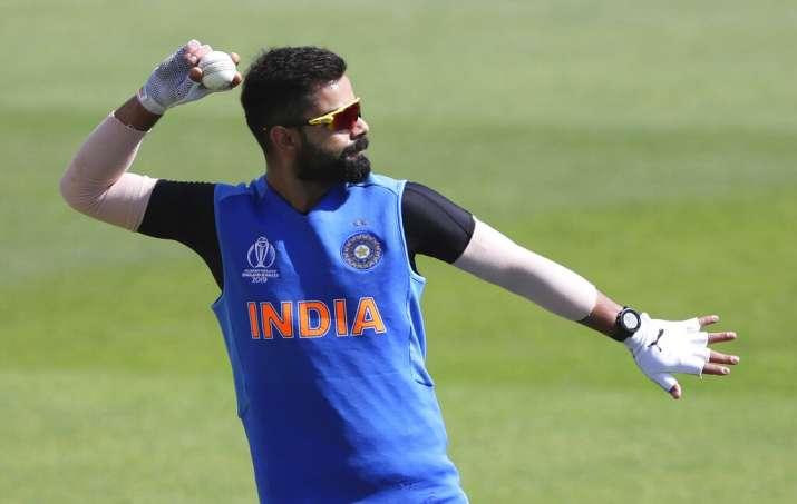 मजाकिया अंदाज में दिखे कैप्टन कोहली, बोले- टीम में मेरी गेंदबाजी को कोई गंभीरता से नहीं लेता - India TV