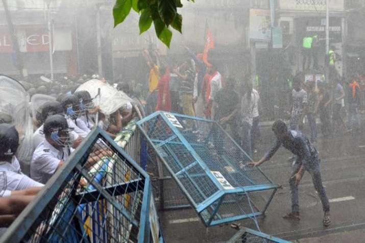 राज्यपाल की बैठक से पहले बीजेपी की मांग, बंगाल में हिंसा पर दखल दे केंद्र सरकार- India TV