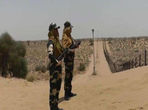 BSF personals patrolling at Indo Pak Border in Jaisalmer despite temperature rises above 50 degree - India TV