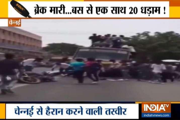 VIDEO: ब्रेक लगाते ही अचानक बस के सामने गिरे 20 से ज्यादा बच्चे- India TV