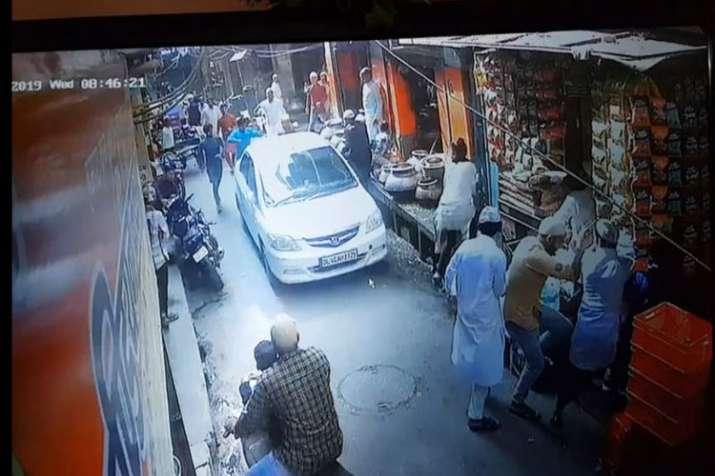 ईद की नमाज अदा करने के बाद निकले नमाजियों से टकराई कार, लोगों ने किया विरोध प्रदर्शन - India TV