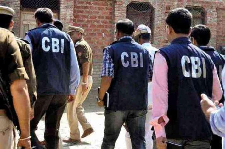पूर्व मंत्री गायत्री प्रजापति के घर CBI की रेड, अवैध खनन केस में दिल्ली-यूपी में 22 जगहों पर रेड- India TV
