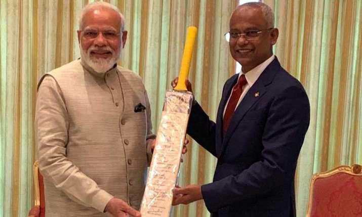 मोदी ने क्रिकेट कूटनीति के तहत मालदीव के राष्ट्रपति सोलिह को बल्ला भेंट किया - India TV