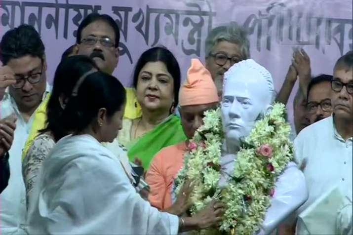 Mamata Banerjee garlands the bust of Ishwar Chandra Vidyasagar in Kolkata.- India TV