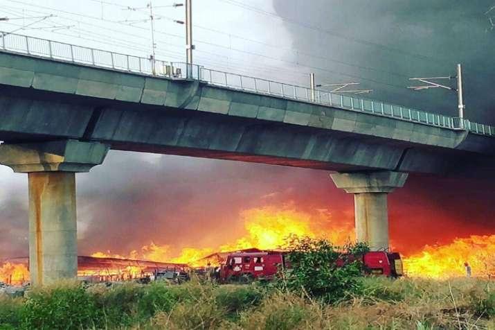 दिल्ली में कालिंदी कुंज के पास फर्नीचर मार्केट में आग, 17 दमकल गाड़ियां मौके पर- India TV