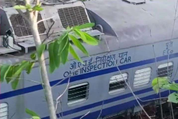 Fire engulfs Howrah-Jagdalpur Samaleswari Express after it hits Tower Car; 3 dead- India TV