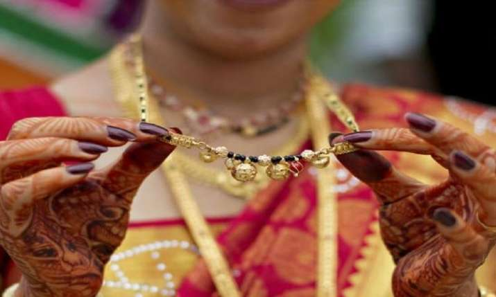 Gold plunges Rs 300 on weak global cues, muted demand- India TV Paisa