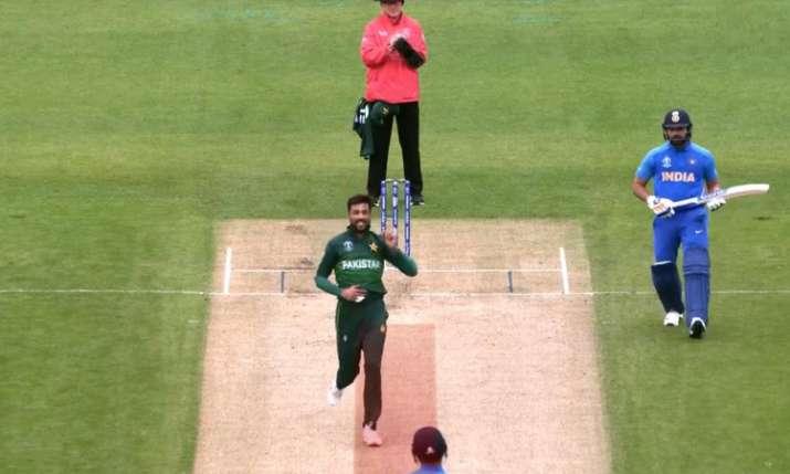 भारत बनाम पाकिस्तान: विकेट नहीं मिला तो पिच से खिलवाड़ करने लगे मोहम्मद आमिर! अंपायर ने दी दो बार चे- India TV