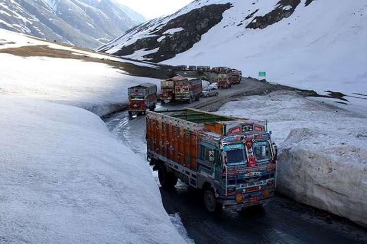 Massive traffic jam on Srinagar-Leh highway near Zojila pass- India TV