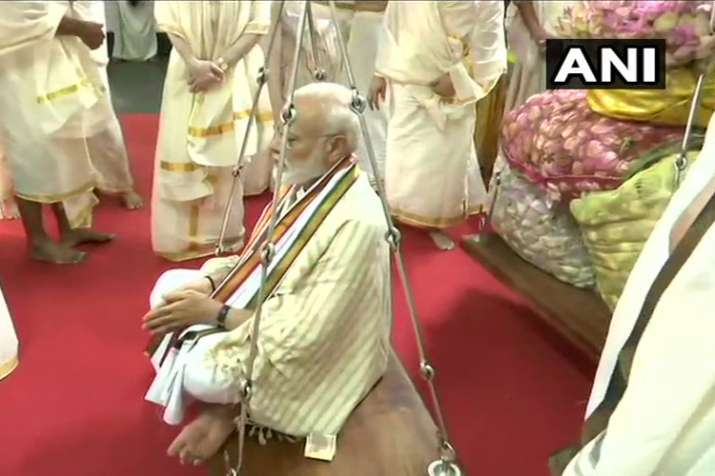 पीएम ने गुरुवयुर मंदिर में तुलाभरम रस्म की, मोदी को कमल के फूलों से तौला गया- India TV