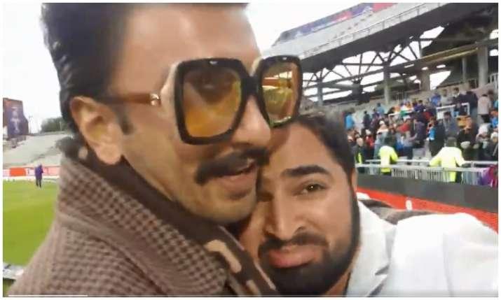 Ranveer singh hug pakistani fan- India TV