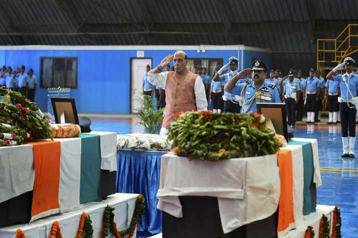 Union Defence Minister Rajnath Singh pays tribute to the...- India TV