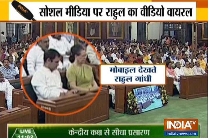 राष्ट्रपति के अभिभाषण के दौरान राहुल देखते रहे मोबाइल, सोनिया को मेज थपथपाने से रोका- India TV