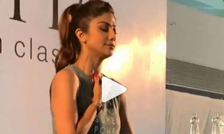 Shilpa Shetty performs yoga with 3000 people in Surat- India TV