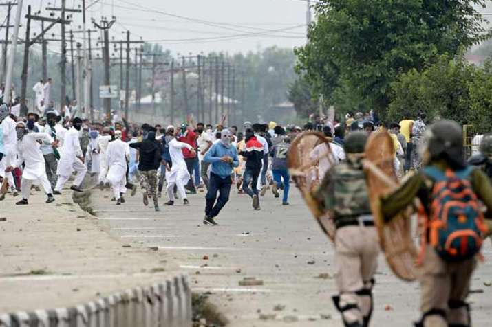 ईद की नमाज के बाद श्रीनगर में पत्थरबाजी, प्रदर्शनकारियों-सुरक्षा बलों के बीच झड़प- India TV