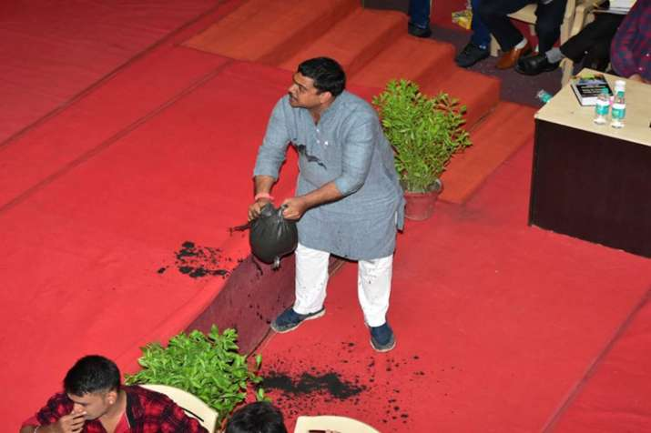 Corporator dumps sludge in the House as a mark of protest against Municipal Corporation- India TV