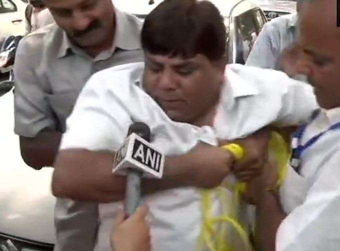Congress worker attempted suicide by trying to hang himself outside Congress Office- India TV