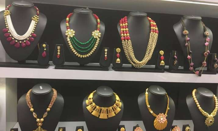 Gold glitters, jumps Rs 260 on strong global trend, jewellers' buying- India TV Paisa