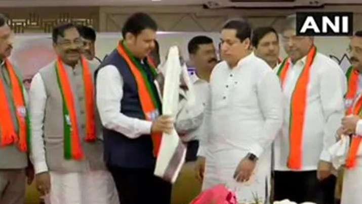 इस्तीफे के एक दिन बाद कांग्रेस-एनसीपी के विधायकों ने थामा भाजपा का दामन- India TV