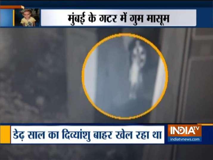 बीएमसी की लापरवाही के कारण डेढ़ साल का मासूम गटर में गिरा, तलाश जारी- India TV