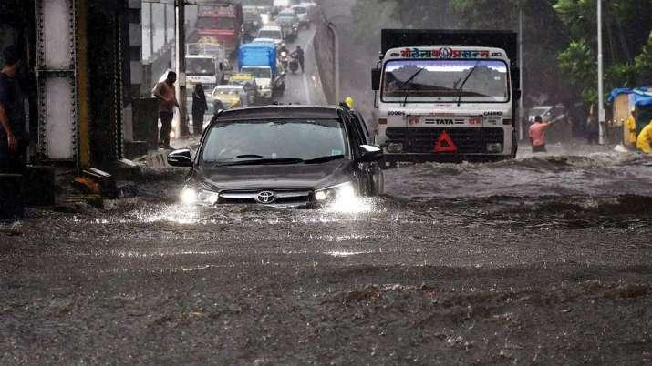 आसमान से फिर बरसी आफत, 'डूब' गई मायानगरी; 24-25 को भारी बारिश की चेतावनी- India TV