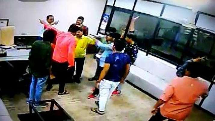 अहमदाबाद में कॉलेज में घुसकर पूर्व छात्र की गुंडागर्दी, शराब पीकर की प्रिंसिपल के केबिन में तोड़फोड़- India TV