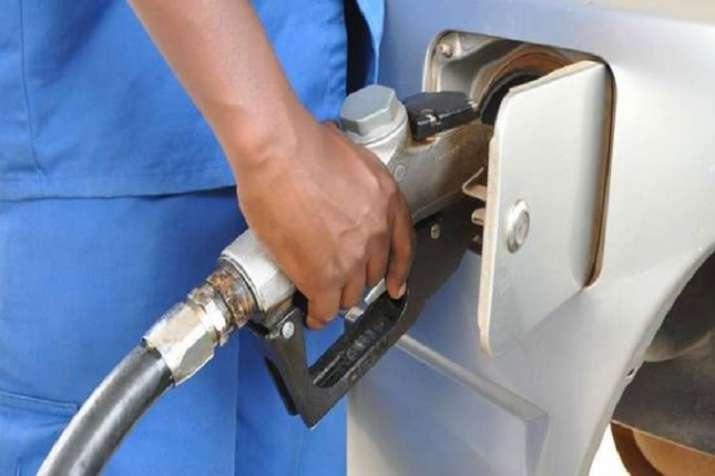 राजधानी दिल्ली में आज पेट्रोल 7 पैसे प्रति लीटर महंगा हुआ है वहीं डीजल के भाव में आठ पैसे प्रति लीटर- India TV Paisa
