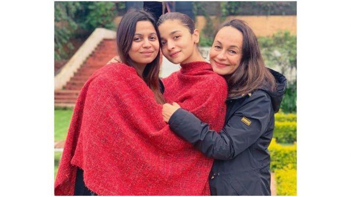 Alia bhatt with soni razdan and shaheen bhatt- India TV