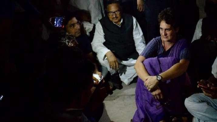 सोनभद्र जाने पर अड़ी प्रियंका गांधी, पूरी रात रहीं चुनार गेस्ट हाउस में- India TV