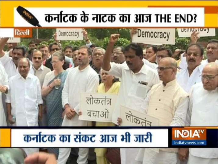 कर्नाटक-गोवा में खरीद फरोख्त का आरोप, संसद भवन में विपक्षी दलों का प्रदर्शन- India TV