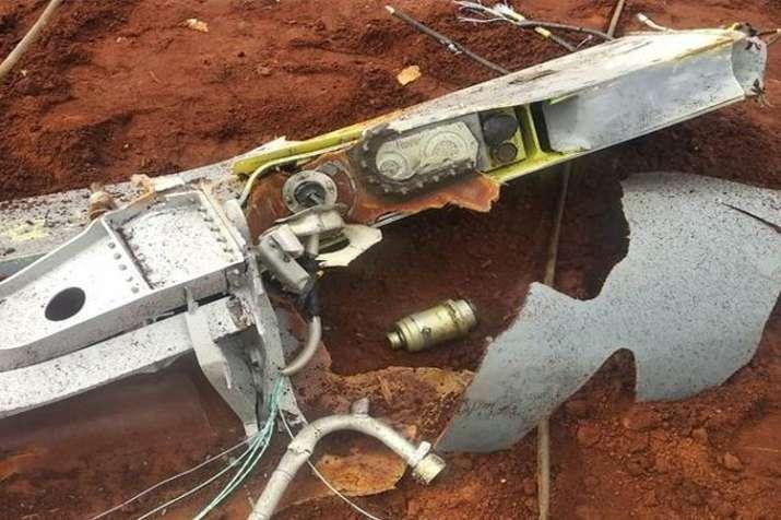 उड़ान के दौरान अचानक खेत में गिरा विमान का पेट्रोल टैंक, किसान रह गए भौचक्के- India TV