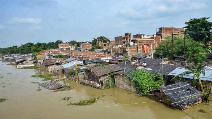 मुजफ्फरपुर में बाढ़ का पानी बस्तियों में घुस आया
