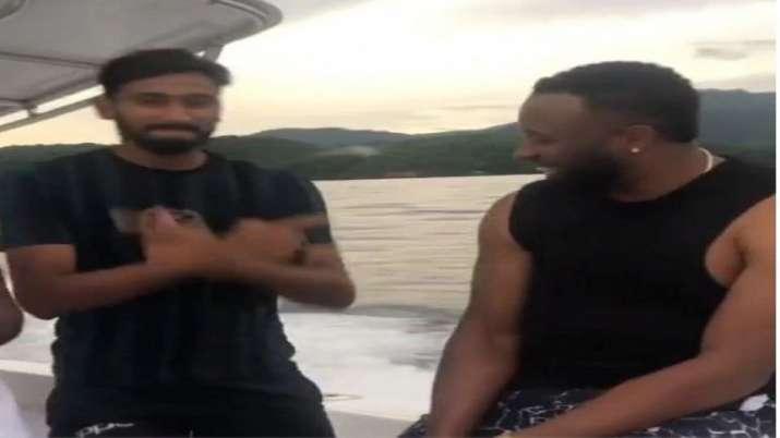 खलील अहमद बॉलीवुड फिल्म गली बॉय के मशहूर गाने 'अपना टाइम आएगा' पर थिरकते नजर आए।