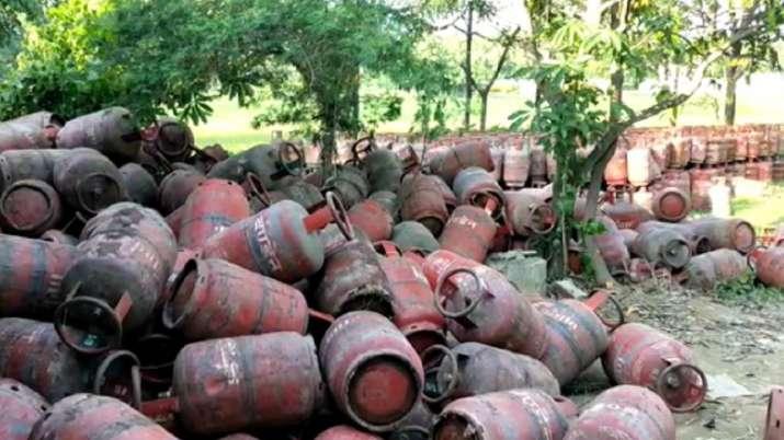झाड़ियों में मिले हजारों गैस सिलेंडर, उत्तर प्रदेश में मचा हड़कंप- India TV