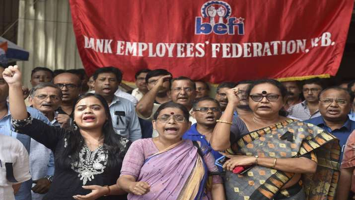 Bank employees stage protest against Centre's decision to merge PSU banks- India TV Paisa