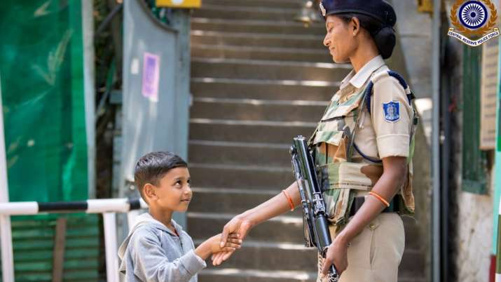 Photo of Kashmiri boy shaking hands with CRPF personnel wins hearts | Twitter- India TV